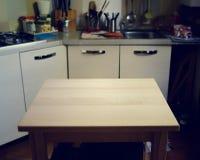 在厨房被弄脏的背景的木桌  库存照片