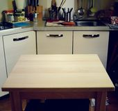 在厨房被弄脏的背景的木桌  库存图片