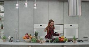 在厨房跳舞和移动的年轻花姑娘消费时间滑稽早晨,当做食物她s时 股票视频