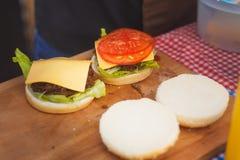 在厨房里准备的两个汉堡包 库存图片
