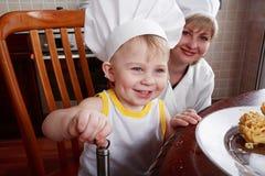 在厨房里帮忙的仆人 库存照片