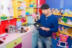 在厨房里烹调在托儿所的年轻人 免版税图库摄影