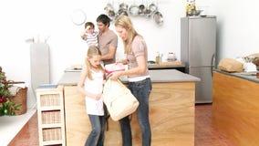 在厨房里照顾给女孩学校午餐 股票录像