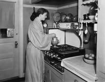 在厨房里煮一个罐咖啡的人(所有人被描述不更长生存,并且庄园不存在 供应商保单Th 库存图片