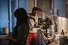 在厨房里结合准备圣诞晚餐 库存照片