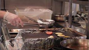 在厨房里,厨师在格栅放置大菜 股票录像