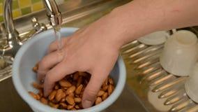 在厨房里洗涤在滤锅的坚果 股票录像