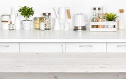 在厨房长凳内部的被弄脏的图象的木板条桌 免版税库存照片