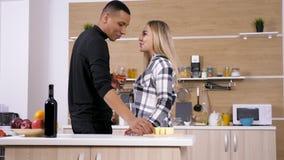 在厨房饮用的酒和有乐趣的人种间夫妇 影视素材