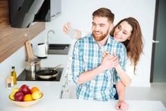 在厨房结合做selfie照片在智能手机 库存照片