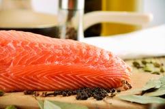 在厨房黑板的三文鱼内圆角 免版税库存图片