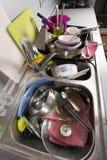 在厨房水槽的肮脏的盘 免版税库存照片