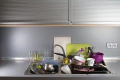 在厨房水槽的肮脏的盘 图库摄影
