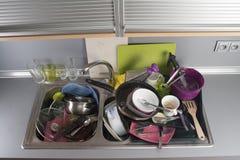 在厨房水槽的肮脏的盘 免版税库存图片