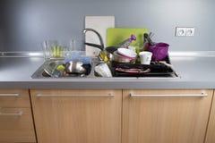 在厨房水槽的肮脏的盘 免版税图库摄影