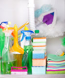 在厨柜的清洁物品 库存照片