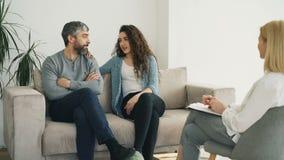 在参观期间,已婚夫妇听的专业心理学家和设法解决关系问题 股票录像