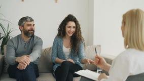 在参观期间,微笑的夫妇听和谈话与专业心理学家和解决关系问题 股票录像