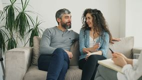 在参观期间,微笑的夫妇听和谈话与专业心理学家和解决关系问题 影视素材