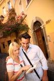 在参观罗马的一条老街道爱的夫妇 免版税库存图片