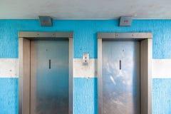在参议员住房公寓的两个电梯 免版税库存照片