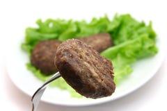 在叉子的小牛肉炸肉排 免版税库存照片