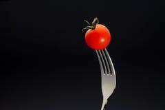 在叉子的新鲜的蕃茄 免版税图库摄影