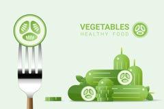 在叉子的新鲜的黄瓜与堆黄瓜背景,健康食物概念 库存照片