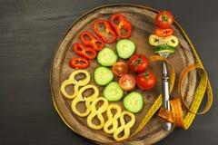 在叉子的混杂的菜 概念饮食 肥胖病的风险 新鲜食品饮食 免版税库存图片