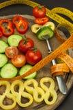 在叉子的混杂的菜 概念饮食 肥胖病的风险 新鲜食品饮食 库存图片