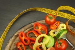 在叉子的混杂的菜 概念饮食 肥胖病的风险 新鲜食品饮食 免版税库存照片