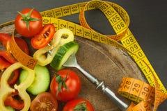 在叉子的混杂的菜 概念饮食 肥胖病的风险 新鲜食品饮食 图库摄影