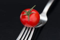 在叉子的鲜美蕃茄 库存图片