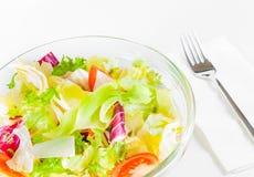 在叉子附近的意大利新鲜的沙拉 免版税库存照片