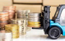 在叉架起货车堆积的硬币 免版税库存图片