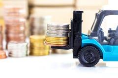 在叉架起货车堆积的金黄硬币 免版税库存照片
