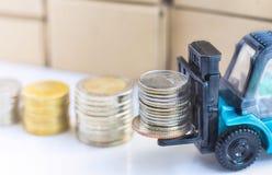 在叉架起货车堆积的银币 免版税库存图片