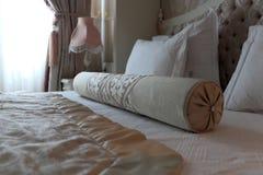 在双人床上的路辗 免版税库存图片