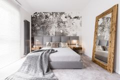 在双人床上的长的毯子 库存照片