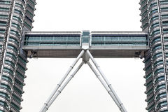 在双峰塔之间的天空桥梁 库存图片