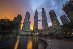 在双峰塔的五颜六色的日落在晚上,吉隆坡 免版税库存图片