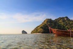 在双海海岛前面的长尾巴小船 免版税库存照片