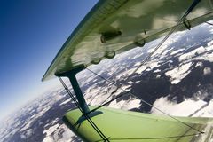 在双翼飞机的飞行 免版税图库摄影