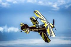 在双翼飞机的飞行 免版税库存照片