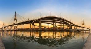 在双重吊桥的日落有被互换的高速公路的 免版税库存图片