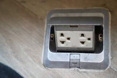 在双重插座插口或电能插口的修造在木头 库存图片