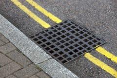 在双黄线的街道流失在街道上 免版税库存图片
