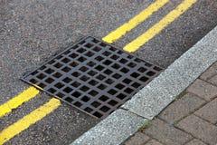 在双黄线的街道流失在街道上 免版税图库摄影