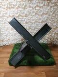 在反坦克捷克猬形状的黑钢障碍  免版税库存图片