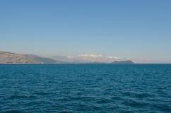 在反对天空蔚蓝的夏天期间陆间海 库存照片